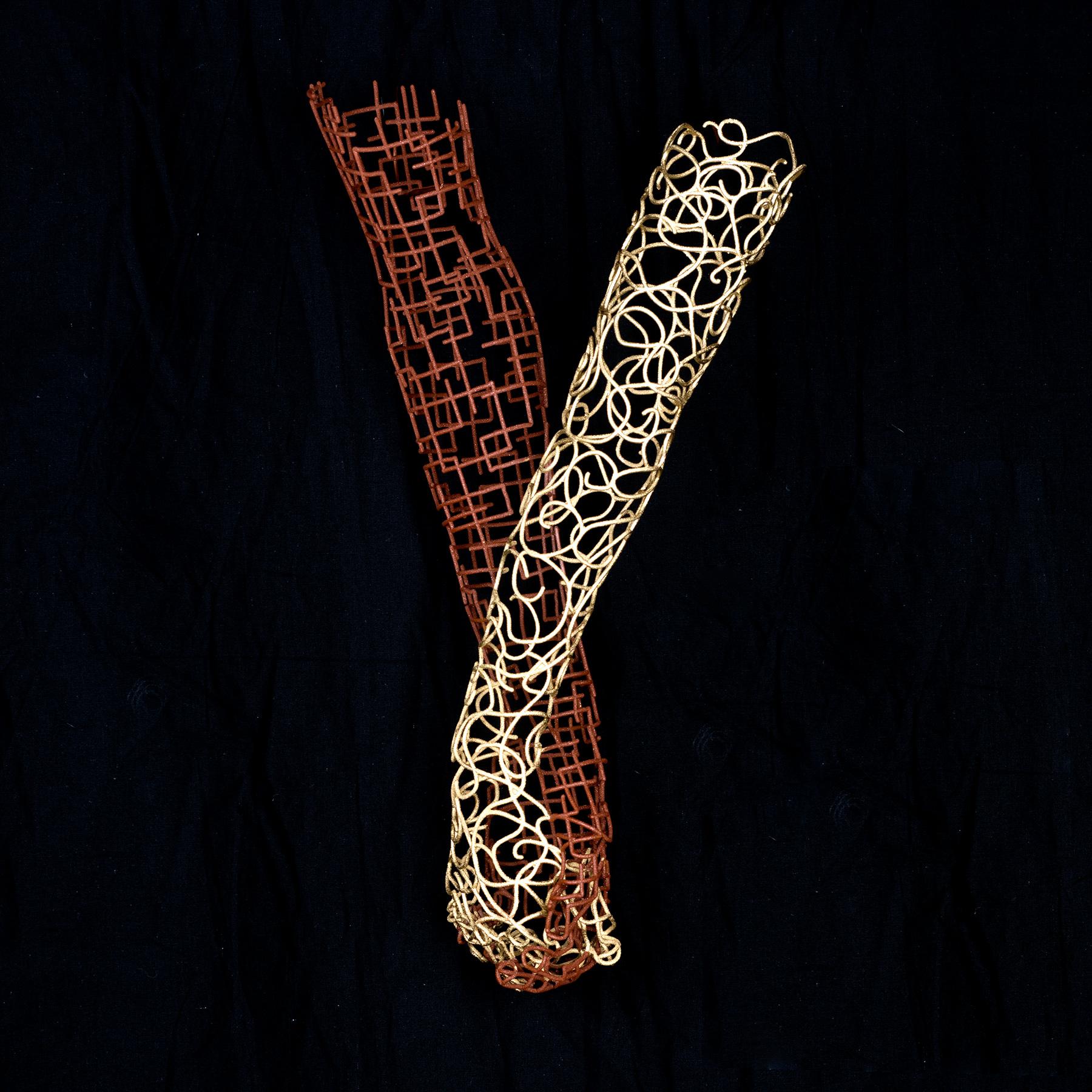 Bonzanos A.G., Mano nella mano, Scultura in filo SLS Duraform, realizzata con stampante 3D, 43x23x13 cm, 2017. Collezione privata.
